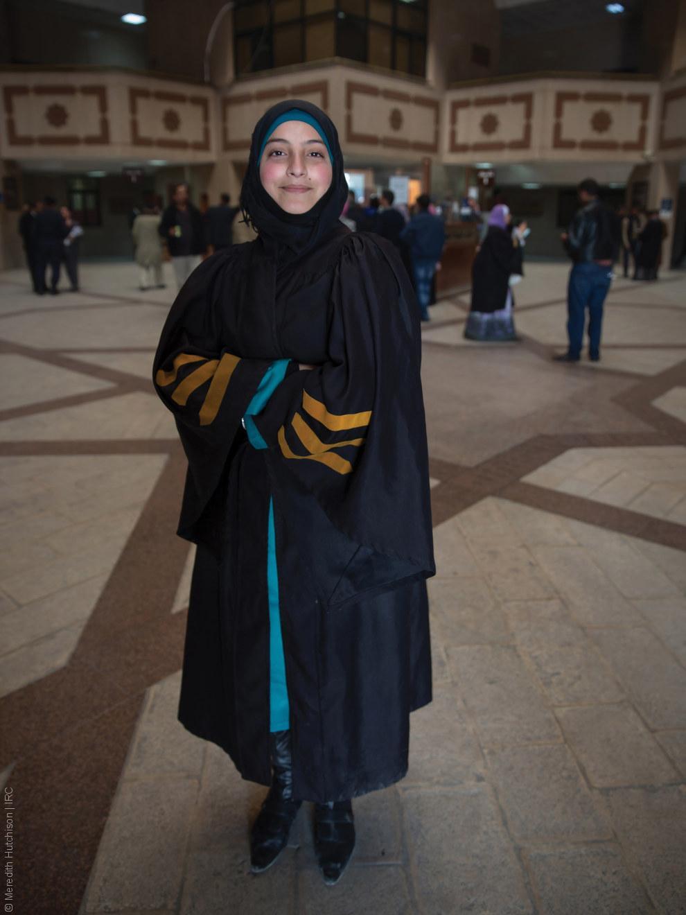 فتيات لاجئات - طفلة سورية بلباس التخرج