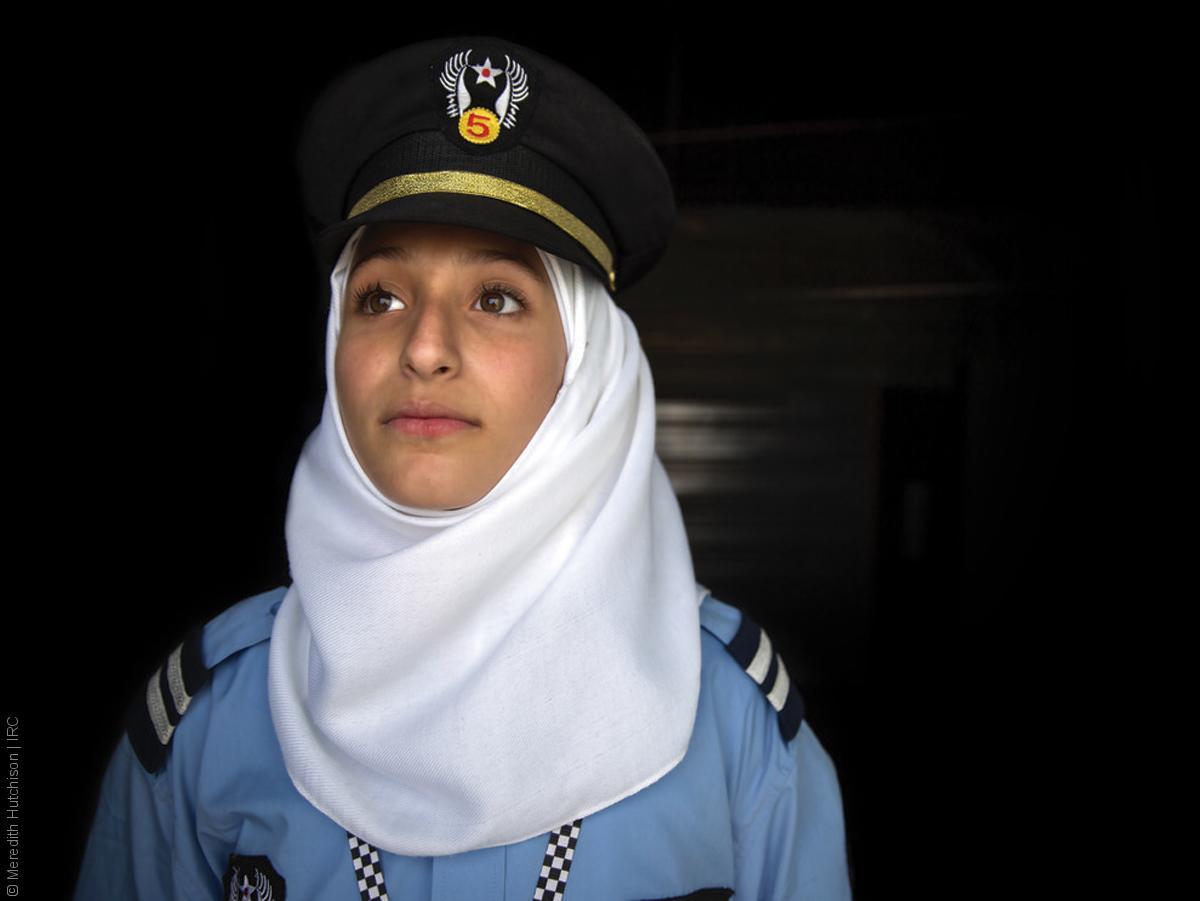 فتيات لاجئات - طفلة سورية بلباس الشرطة