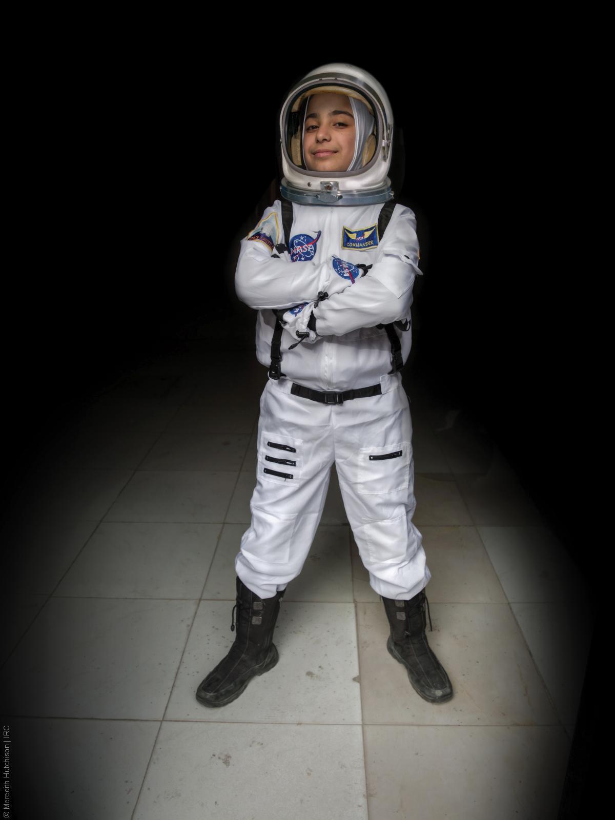 فتيات لاجئات - طفل سوري بلباس رائد فضاء