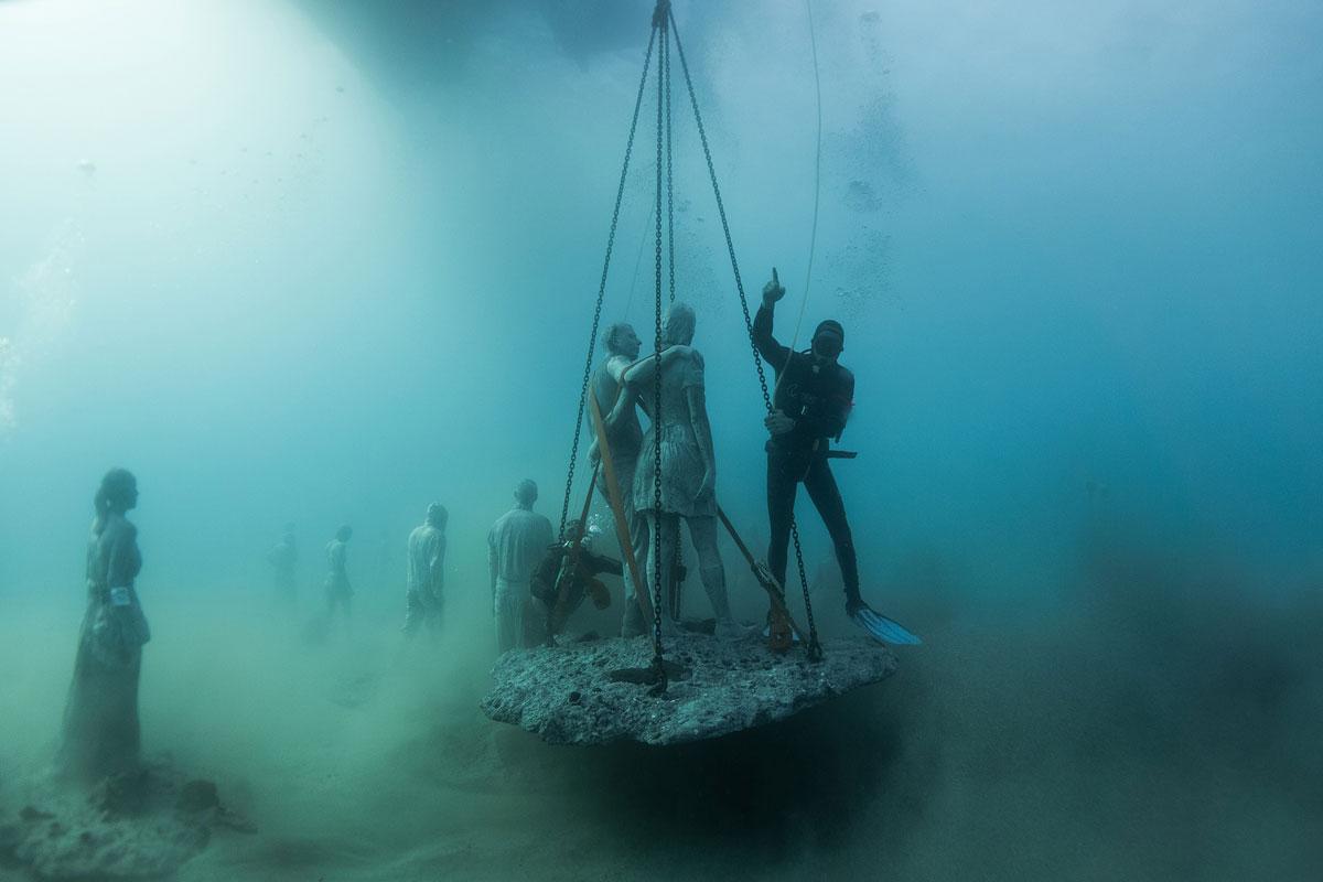 معرض مؤلم تحت الماء يجسّد غرق اللاجئين