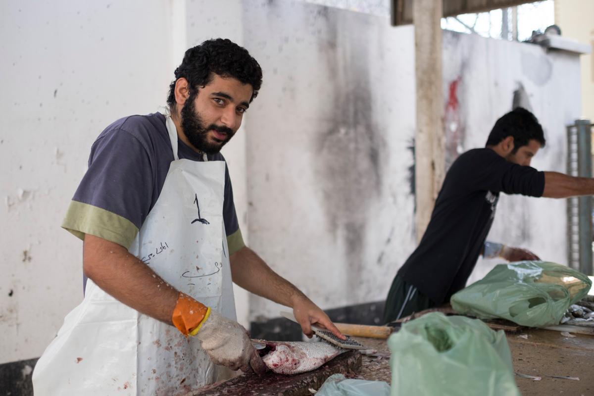 حسين الموسوي ومريم العرب - تنظيف السمك