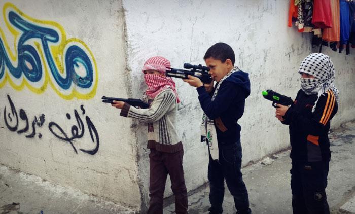 لعبة عرب ويهود - أطفال يحملون السلاح