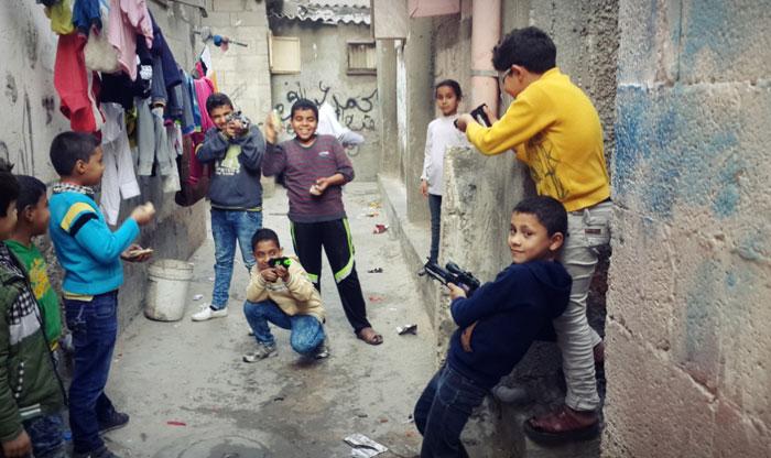 لعبة عرب ويهود - أطفال يلعبون بالسلاح