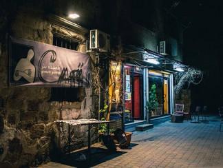 قصيدة نثر، مقهى يحفظ صور الشباب الذين غادروا اللاذقية