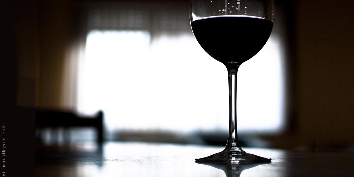 تداول الخمر في ايران - إيران وحرية تداول الخمر فيها - كوب نبيذ