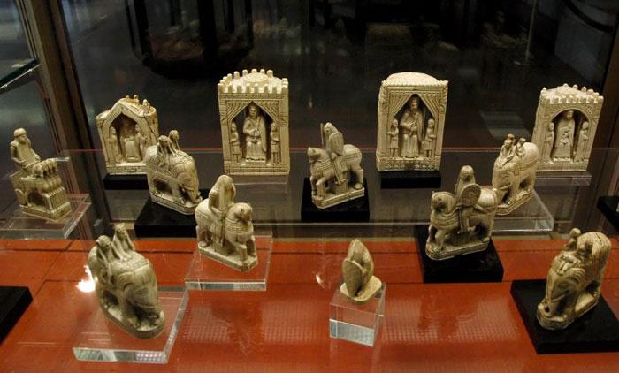 شطرنج شارلمان، من العاج، في المتحف الوطني في باريس.