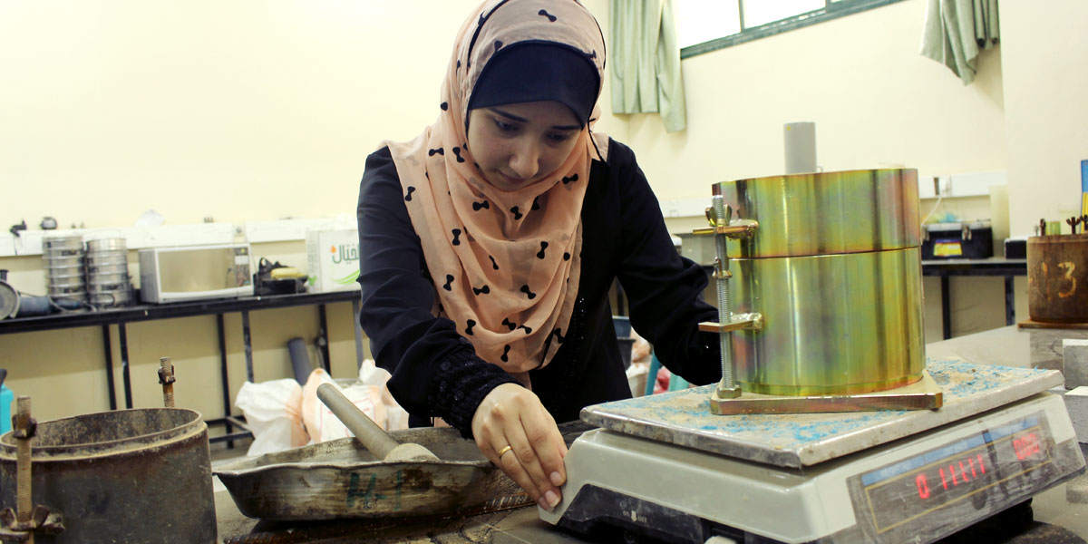 مشروع مبتكر لمهندسات فلسطينيات: تحويل النفايات العضوية إسمنتاً