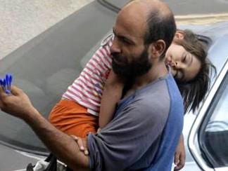 """أين الحقيقة في كل الجدل المثار حول قضية """"بائع الأقلام"""" السوري؟"""