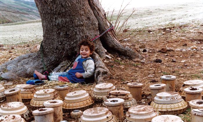 طفل امام الالغام