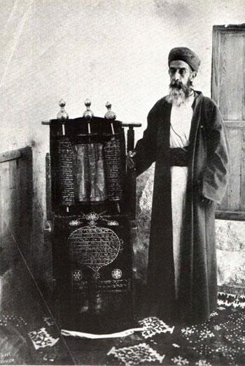 صوره-لكاهن-مع-التوراه-المقدسة-عام-١٩٠٠