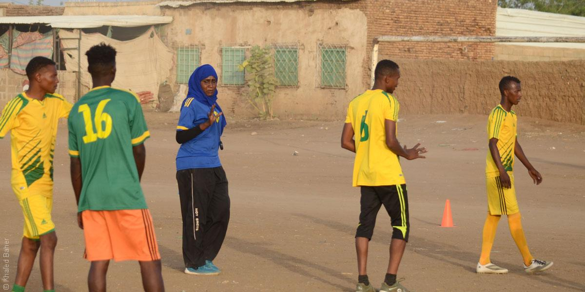 قصة أول امرأة تدرب فريق كرة قدم للرجال في العالم العربي