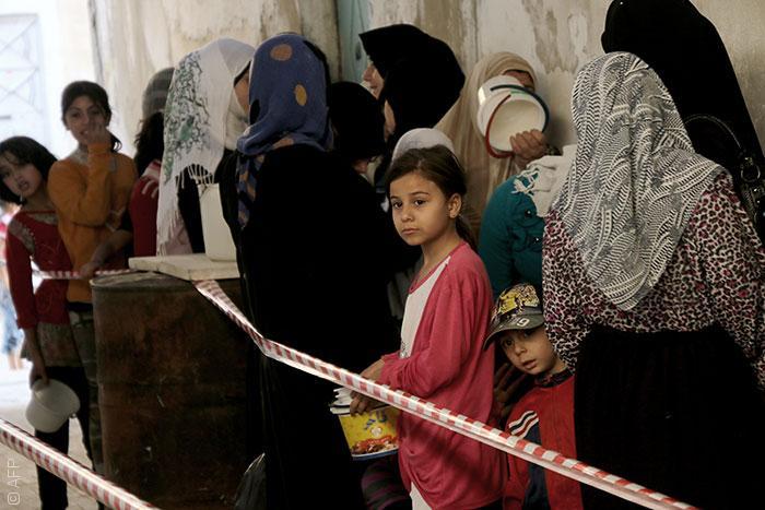 نساء ينتظرن الإعاشات في سوريا