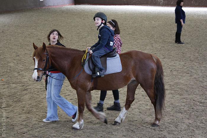 صبي على الحصان