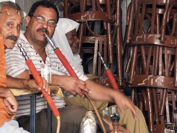 في الأردن... مفطرون يحتمون خلف أبواب مقاهٍ موصدة