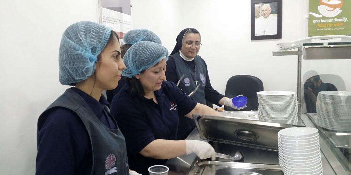 شبيبة الكنائس في عمّان يعدّون إفطارات لفقراء المسلمين
