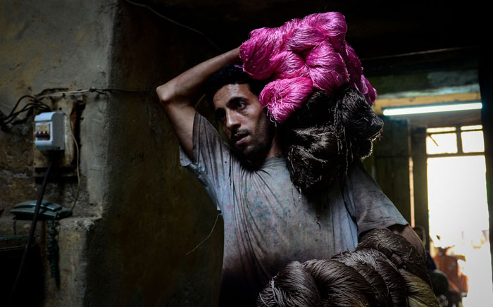 تخرج-الخيوط-من-العصارة-ويحملها-محمد-فوق-رأسه-الى-الدور-الثانى-السطوح-ليتم-نشرها--(2)