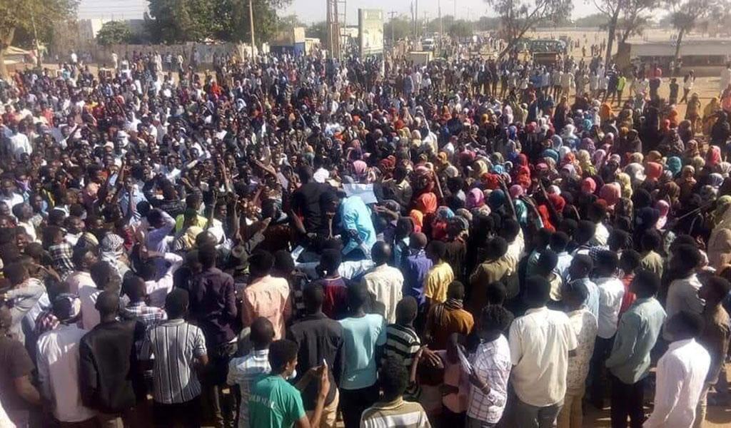 السودان: أحد شركاء الرئيس يطالب بمحاسبة قتلة المتظاهرين والبشير يتوعد بجزّ الرقاب