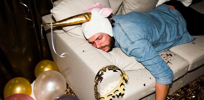 عندما تستيقظون في سرير الآخرين... لماذا يُصاب بعض الأشخاص بالـBlackout بعد الكحول؟