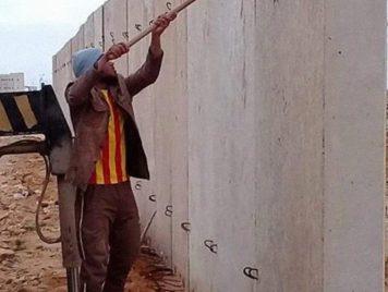 الجدران بدل الجسور: ليبيا تبني جداراً عازلاً على حدود مصر..هل انتهى الربيع العربي؟