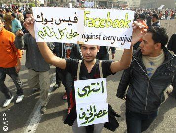 """في ذكرى ثورة يناير: رحلة المتهم """"فيسبوك"""" الذي أجّل غضب الصعيد"""
