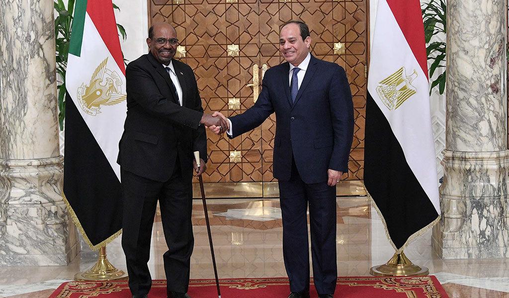 من مصر..البشير يشكو التضخيمَ الإعلامي ويتهم المحتجين باستنساخ الربيع العربي