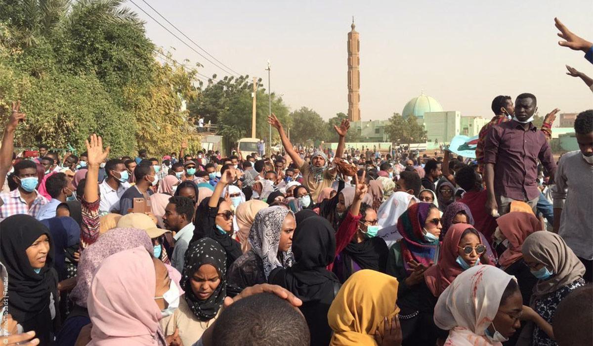 """سيناريوهات لانتفاضة السودانيين... هل ينقلب الجيش على البشير أو تتكرر """"التجربة السورية""""؟"""