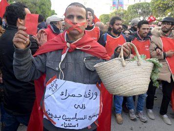 إضراب عام في تونس واشتباكات بالأيدي في البرلمان