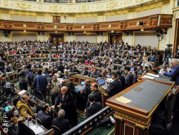 """قد تُبقي السيسي حتى 2034...البرلمان المصري يُقرّ """"التعديلات الدستورية"""" مبدئياً"""