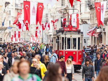 في إسطنبول، لا معالم تاريخية ولا مجمّعات تجارية.. تمشّوا فقط!