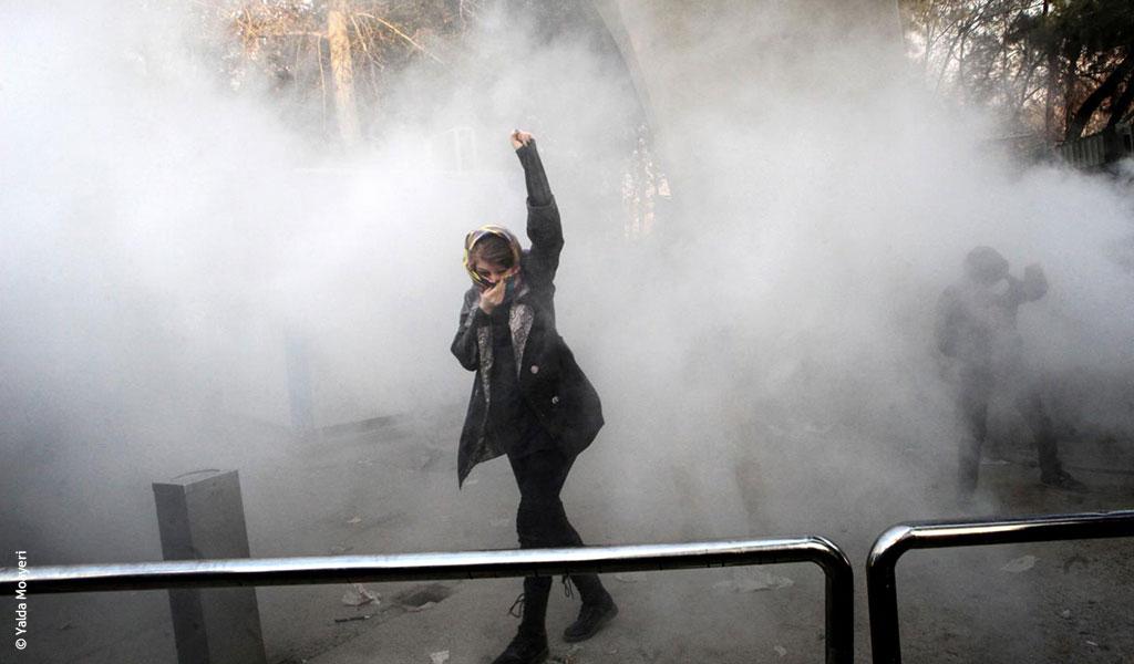 مصورة إيرانية تحتجّ على ترامب.. أنا ضحية عقوباتك فكيف تستغلّ صورتي؟