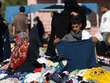 ماركات عالمية وملابس بأحرف عبرية تغزو أسواق قطاع غزة المحاصر