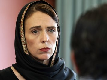 بحجاب...رئيسة وزراء نيوزيلندا تتضامن مع أسر مجزرة المسجدين